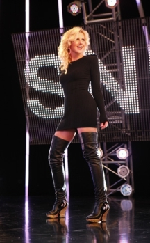 Singer Faith Hill wore some strange outfits while performing the SNF intro theme.
