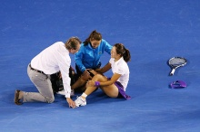 Li Na cracks up while WTA trainers evaluate her for a concussion after a fall in which she banged her head on the court during the 2013 Australian Open final.