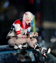 Margot-Robbie-on-Suicide-Squad-set--29